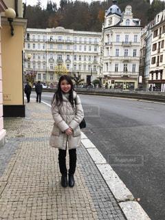 歩道を歩く女性の写真・画像素材[949852]