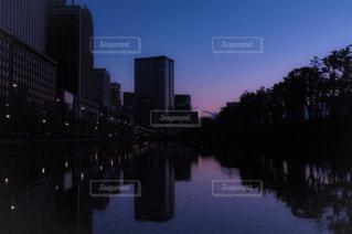 マジックアワーを写す水面の写真・画像素材[950267]
