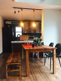 木製の床 ダイニング テーブルの写真・画像素材[950475]