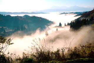 背景の山と空の雲の写真・画像素材[952147]