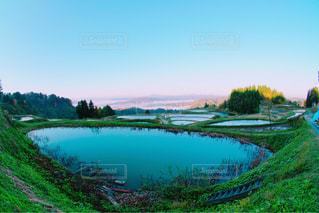 木々 に囲まれた水の大きな体の写真・画像素材[952151]