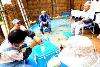 ケーキでテーブルに座っている人々 のグループの写真・画像素材[952180]