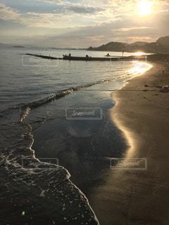 光る波打ち際の写真・画像素材[950513]