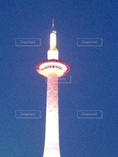 空の背景を持つ大規模な背の高い塔 - No.950791
