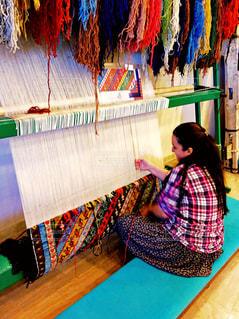 トルコ 機織をする女性の写真・画像素材[951268]