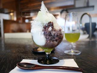 ワインのグラスの横にあるプレートのデザートの写真・画像素材[1486955]