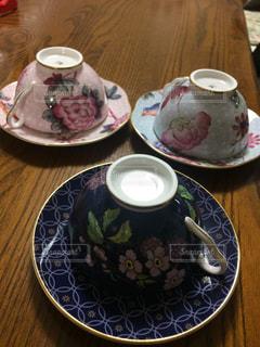 食品やコーヒー テーブルの上のカップのプレートの写真・画像素材[951216]