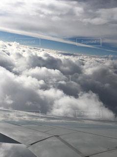 雲の上を飛ぶ飛行機の写真・画像素材[953589]