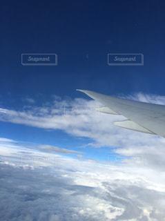 雲の上を飛ぶ飛行機の写真・画像素材[953591]