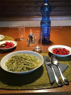 テーブルの上の夕食の写真・画像素材[958025]