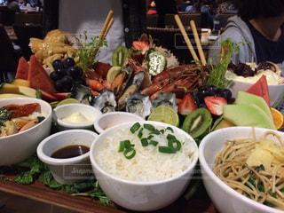 テーブルの上に食べ物のボウルの写真・画像素材[951800]