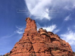 背景の大きな岩山の写真・画像素材[881277]