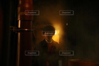 暗闇の中に立っている男の人の写真・画像素材[951983]