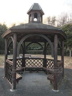 木製ベンチの時計塔の写真・画像素材[985697]