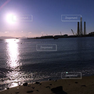発電所のある海の朝日 - No.955894