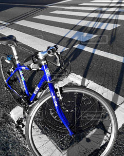 クロスバイクの長い影の写真・画像素材[956780]