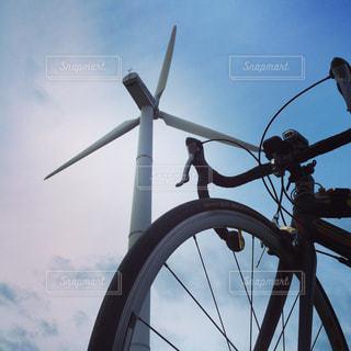 風車とロードバイク - No.960624