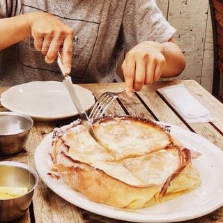パンケーキをカットする女子 - No.967393