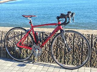 海沿いの道でロードバイク - No.976123