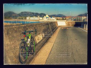 岸壁のロードバイクの写真・画像素材[976125]