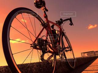 夕焼け風のロードバイクの写真・画像素材[981678]