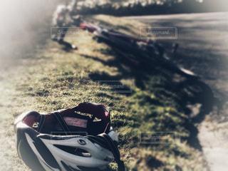 朝のロードバイクとヘルメット - No.981743