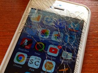 割れたiPhoneの写真・画像素材[983543]