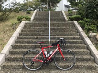 階段と赤い自転車の写真・画像素材[1488905]