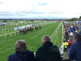 競馬を観戦する人々 - No.953745
