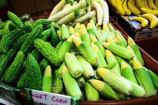 綺麗に積み上げられた野菜の写真・画像素材[955435]