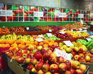 様々 な新鮮な果物や野菜の店で展示の写真・画像素材[955437]