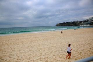 ビーチを走ってる人の写真・画像素材[955441]