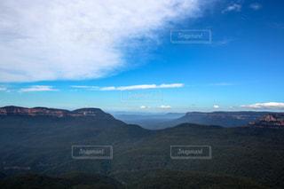 背景の大きな山のビューの写真・画像素材[955463]