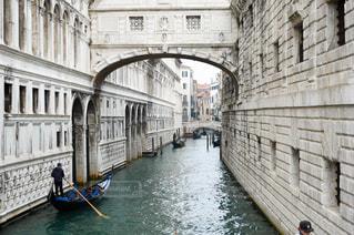 都市の川を下る旅ボートの写真・画像素材[955501]