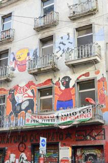通りの側面に落書きのある建物の写真・画像素材[955502]