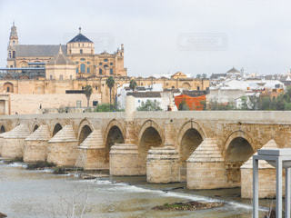 建物に通じる橋の写真・画像素材[955512]