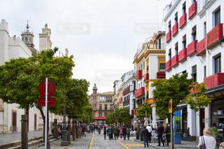 街の通りを歩いている人のグループの写真・画像素材[955516]