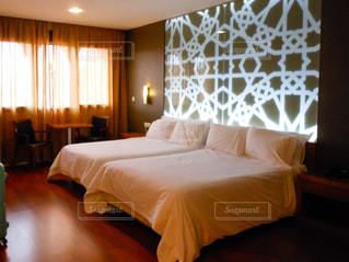ホテルの部屋に大きなベッド付きのベッドルームの写真・画像素材[955530]