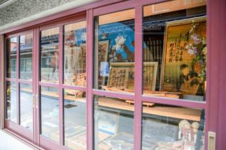 店の窓のガラスのドアの写真・画像素材[955564]