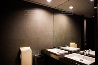 洗面台と鏡付きのバスルームの写真・画像素材[955568]