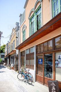 自転車と古き建物の写真・画像素材[955578]