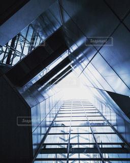 近代建築から光る太陽の写真・画像素材[967211]