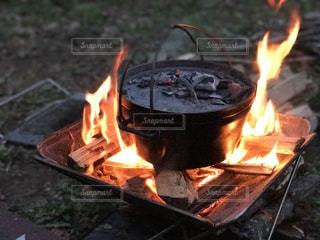 キャンプでダッチオーブンの写真・画像素材[952264]