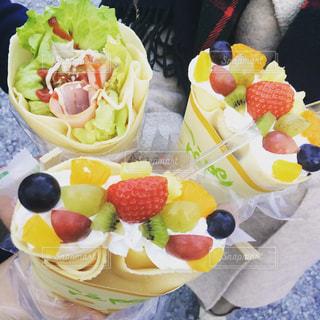 テーブルの上の果物とケーキ - No.952329