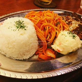 テーブルの上に食べ物のプレート - No.952335