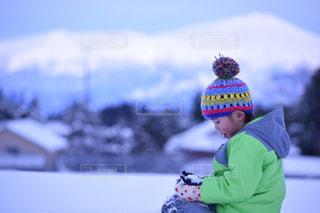 雪の中で遊んでいる少年 - No.952409