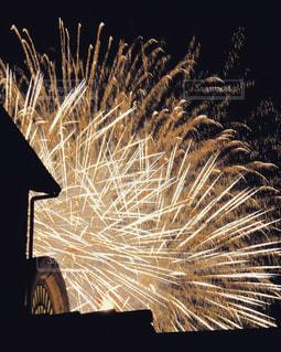 ディズニーの脇から見えた花火の写真・画像素材[2069487]
