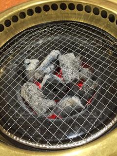 近くに金属鍋のアップの写真・画像素材[956196]