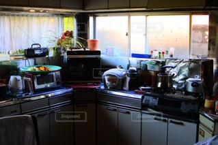 雑然としたキッチンの写真・画像素材[953190]