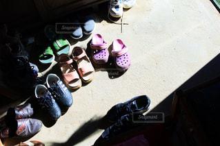 地面に靴のグループの写真・画像素材[953209]